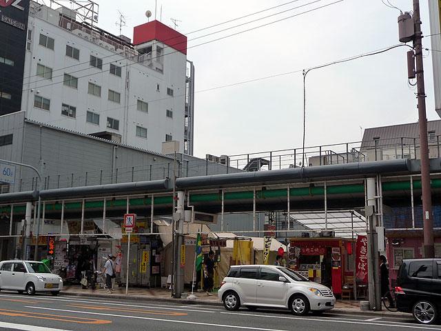 屋台村の全景(堺筋側から撮影)。コンテナ型店舗や移動販売車などもあり、出店形態は様々