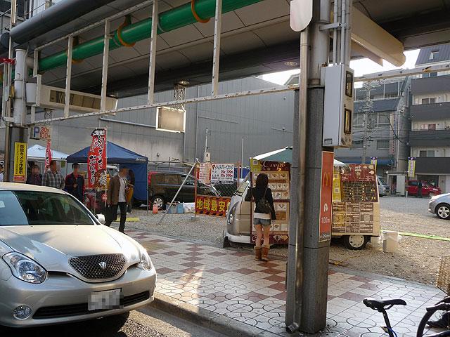 """「ニノミヤ日本橋本店」跡の駐車場はちょっとした""""屋台村""""?"""