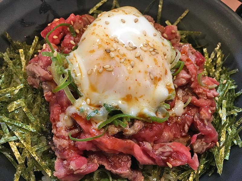 まるでユッケな… オタロードに肉丼専門店「富士晃別亭」がオープン